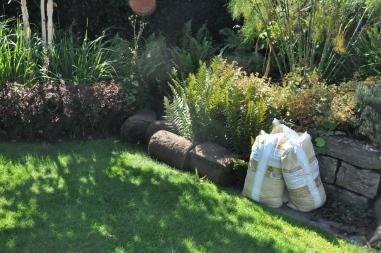 Rollrasen lagert im Schatten möglichst Windgeschützt